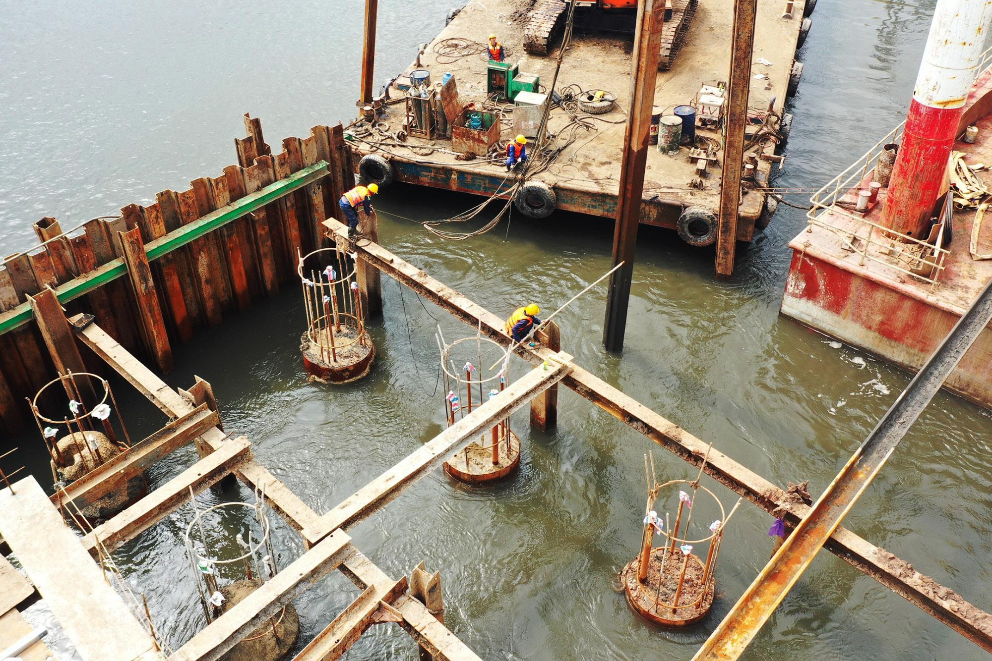 Hiện các nhà thầu đang tập trung thi công cọc khoan nhồi khu vực giữa sông.