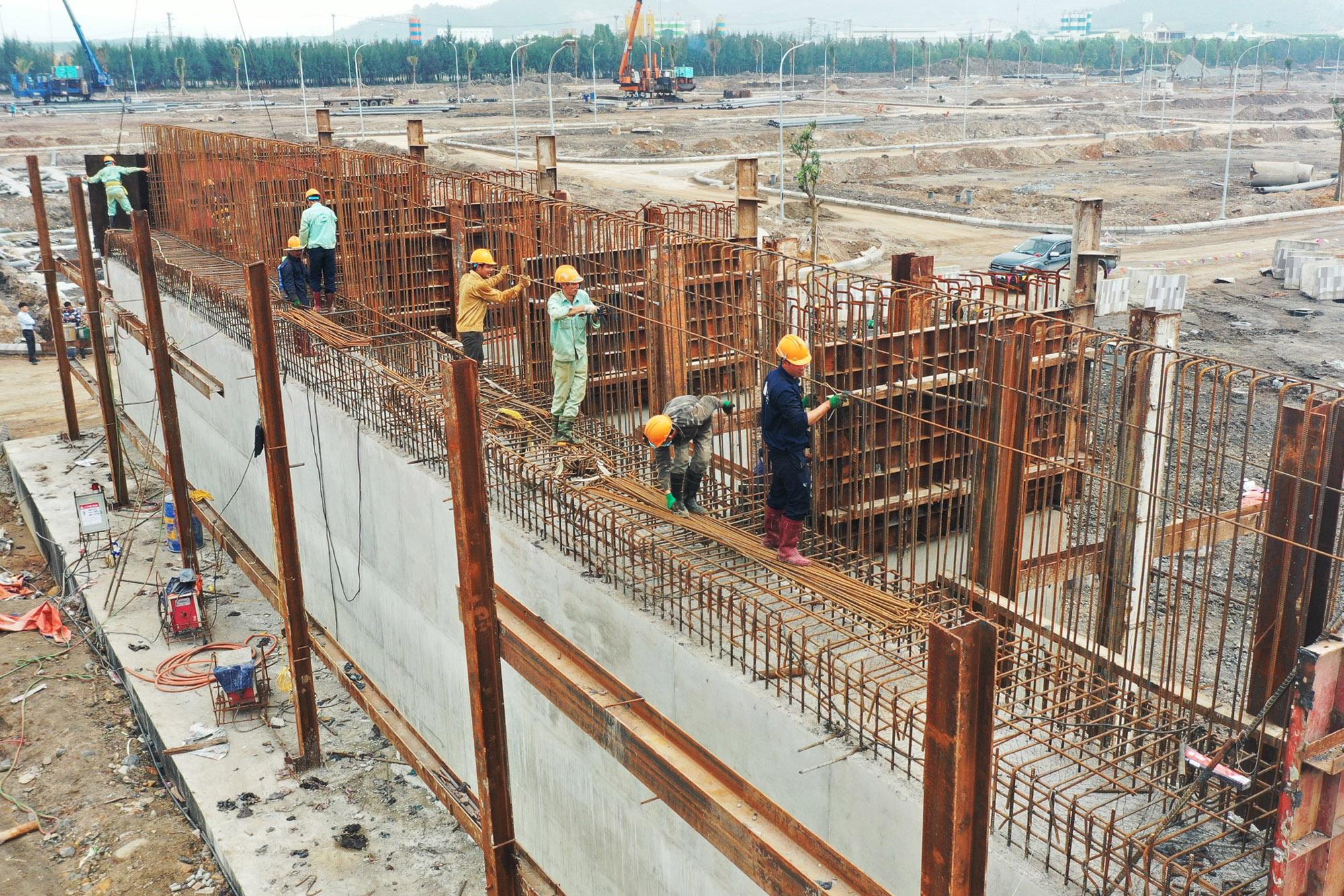 Tại mũi thi công phía phường Hà Khánh, nhà thầu Đèo Cả tập trung thi công mố M1.